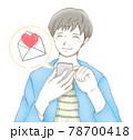 スマホに届いた嬉しいメールに喜ぶ笑顔の男性 78700418
