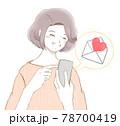 スマホに届いた嬉しいメールに喜ぶ笑顔の女性 78700419