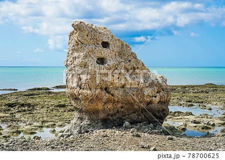 沖縄那覇空港を見渡す瀬長島の海岸に再現された子宝岩  78700625