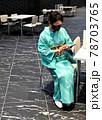 座ってスマホをする着物の女性 78703765