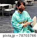 座ってスマホをする着物の女性 78703766