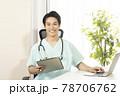 笑顔の内科医の男性 78706762