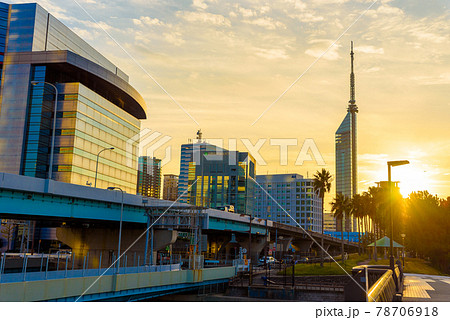 鮮やかな夕暮れの太陽と逆光の福岡タワーと都市高速道路 夕暮れノーマルカラー 78706918