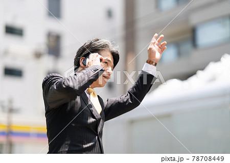 タクシーを止めるビジネスマン ミドル 78708449