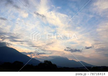空がさまざまな色で彩られたある日の夕焼け 78716414