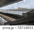 春の梅田駅のホームから見える線路 78718653