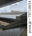 春の梅田駅の改札からホームに降りる階段と線路 78718654