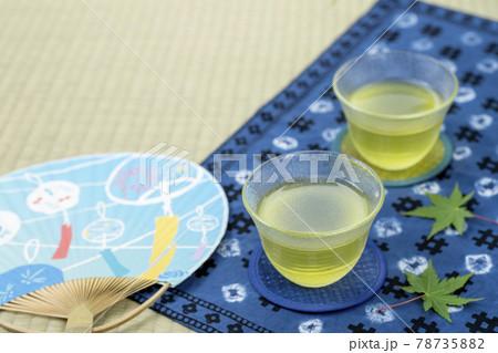 2客の冷茶 藍染めのランチョンマットと団扇 78735882