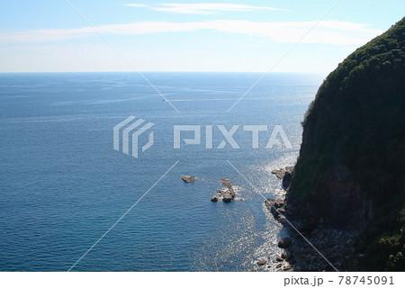 標高の高い海岸線から見下ろす青い海 78745091