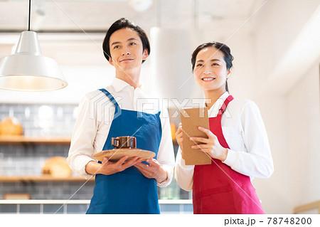 カフェを経営する夫婦 78748200