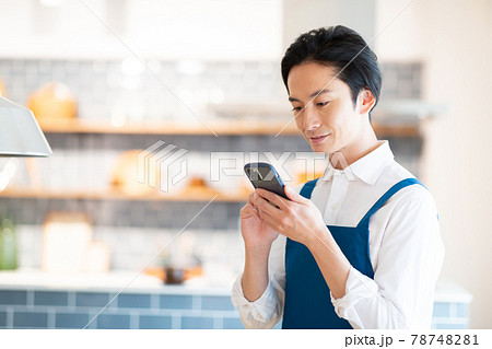 カフェで注文をとる男性 78748281
