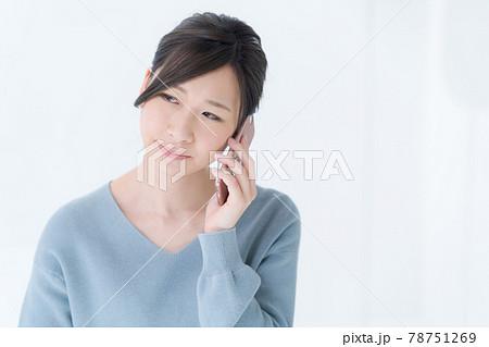 電話 女性 白背景 20代 78751269