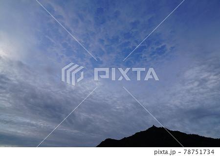 梅雨空の朝の雲 78751734
