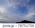 梅雨空の朝の雲 78751736