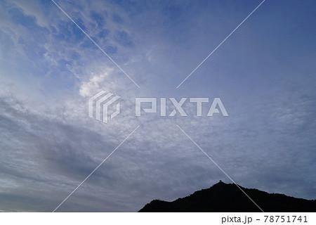 梅雨空の朝の雲 78751741