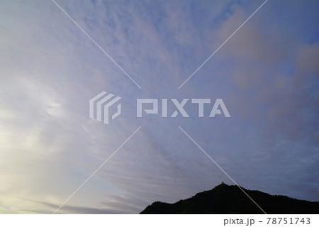 梅雨空の朝の雲 78751743