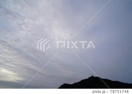 梅雨空の朝の雲 78751748