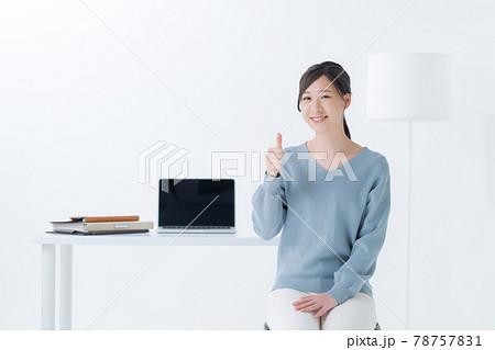 パソコン 女性 白背景 78757831