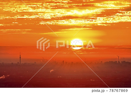 東京のビル群にスカイツリーと日の出と朝焼け空 78767869