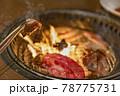 炭火で焼く美味しそうな肉 78775731