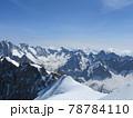 夏に輝くアルプスの鋭利な山々の雄大な姿 78784110