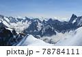 夏に輝くアルプスの鋭利な山々と氷河の雄大な姿 78784111