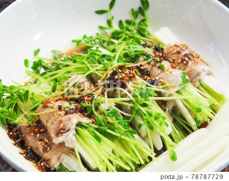 豆苗と大根の豚バラ巻ピリ辛ソース 78787729