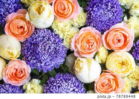 ピンクと黄色のバラと紫のマムのフラワーアレンジメント 78789448