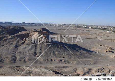 イランのヤズドの沈黙の塔とヤズドの町並み 78790462