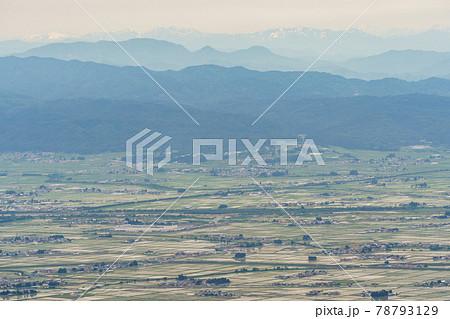 喜多方市金沢峠から見た初夏の会津盆地 78793129