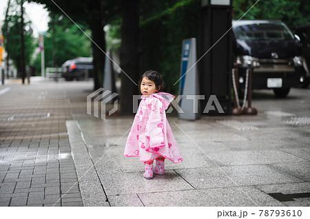 レインコートを着た子供 78793610
