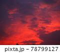 赤く染まった美しい夕焼け雲 78799127