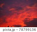 赤く染まった美しい夕焼け雲 78799136
