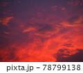 赤く染まった美しい夕焼け雲 78799138