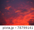 赤く染まった美しい夕焼け雲 78799141