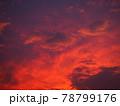赤く染まった美しい夕焼け雲 78799176