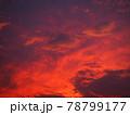 赤く染まった美しい夕焼け雲 78799177