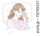 眠る女性 78799257