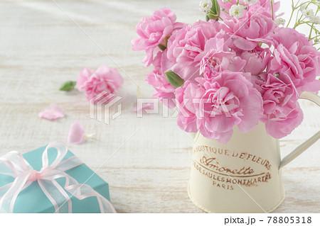 ピンクのカーネーションのアレンジメントとプレゼント 78805318