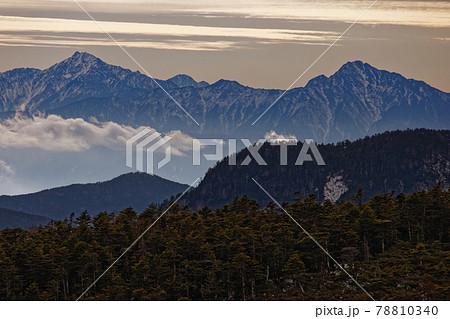 八ヶ岳連峰・根石岳から見る夕刻の甲斐駒ヶ岳・北岳 78810340