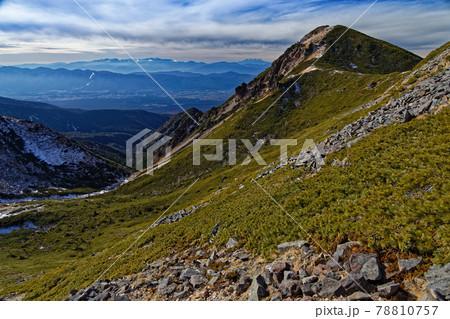 八ヶ岳連峰・西天狗岳と中央アルプス・御嶽の山並み 78810757