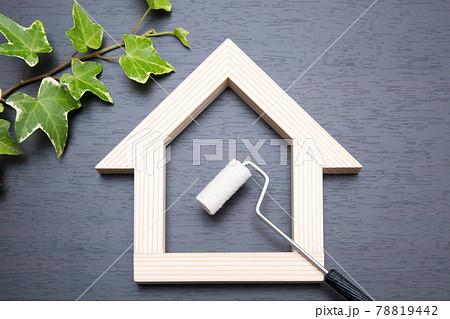 住宅と塗装ローラー 室内塗装イメージ 78819442