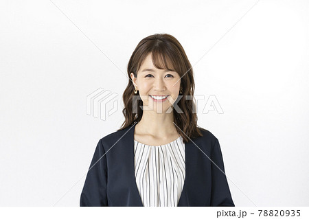 カメラ目線で笑顔の30代前半の女性 ポートレート 78820935