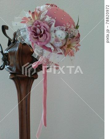 アールヌーボーの帽子掛けとピンクの可愛いヴィクトリアンの帽子 左縦長 78820972