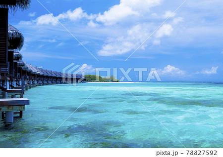 モルディブの水上コテージとコバルトブルーの海 78827592
