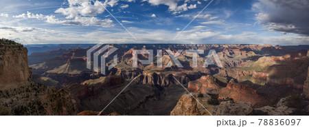 アメリカのアリゾナ州のグランドキャニオン国立公園のサウスリムのパノラマ 78836097
