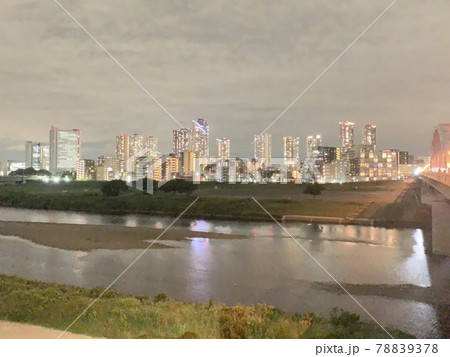 下丸子から見る夜の川崎にあるビル 78839378