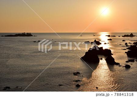 日和山海岸の朝日 78841318