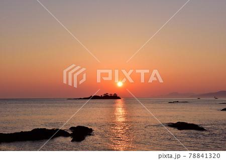 日和山海岸の朝日 78841320