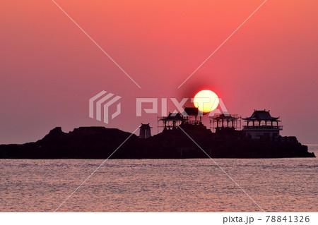 日和山海岸の朝日 78841326